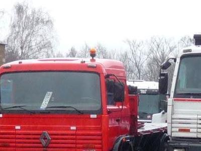 trzy samochody ciężarowe