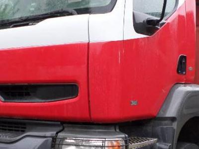 czerwony samochód z naczepą